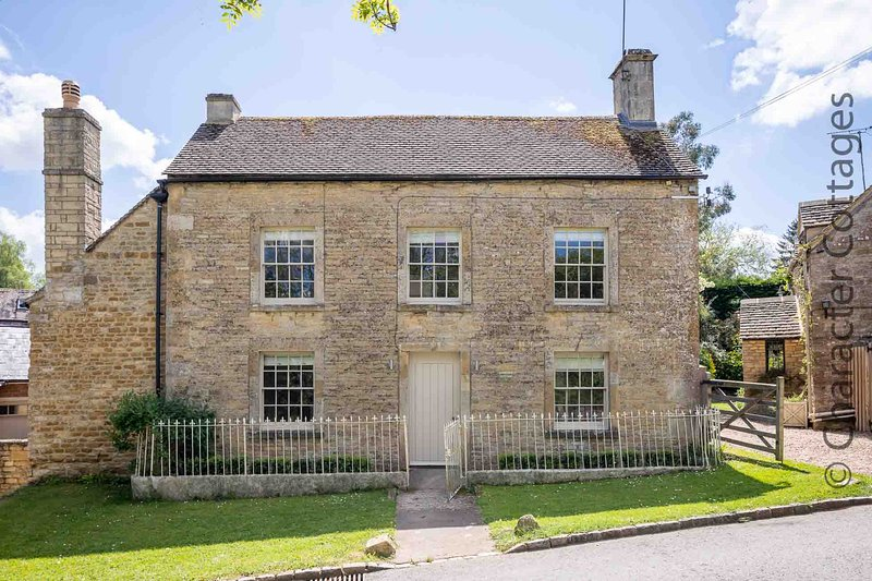 Woodbine Cottage is a beautiful, grade II listed Cotswold stone property, vacation rental in Upper Oddington