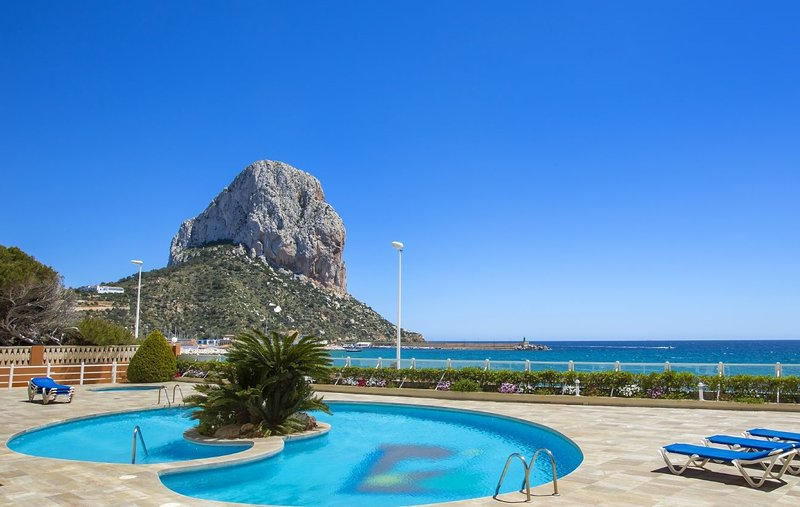 Rubino - Seafront apartment with swimming pool and sea view close to the beach, holiday rental in Calpe