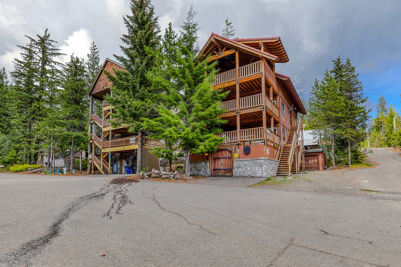 Expansive dog-friendly home w/private sauna, room for 32!, holiday rental in Timberline Lodge