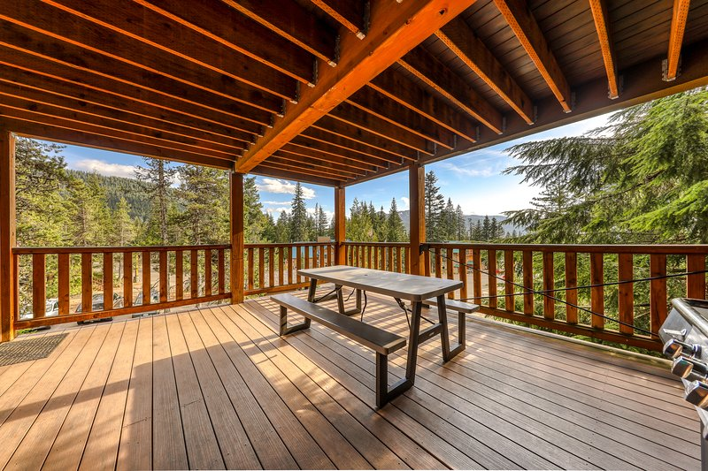 Large, dog-friendly home with a covered deck - close to skiing & Trillium Lake!, holiday rental in Timberline Lodge
