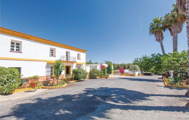 Stunning home in Huelva with 6 Bedrooms (EAL038), holiday rental in Gibraleon