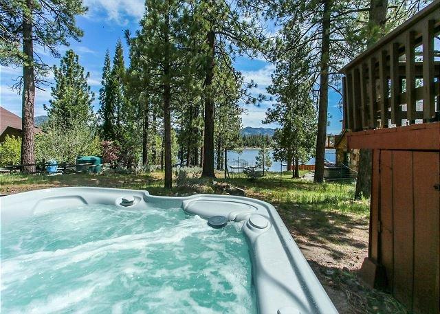 LAKEFRONT! Close to Slopes, NEW HOT TUB LAKE Views! Quiet Location, location de vacances à Big Bear Region