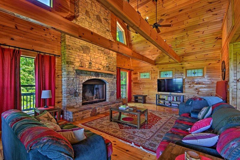 Esta cabaña de 3.200 pies cuadrados en Morganton cuenta con comodidades de primera categoría.