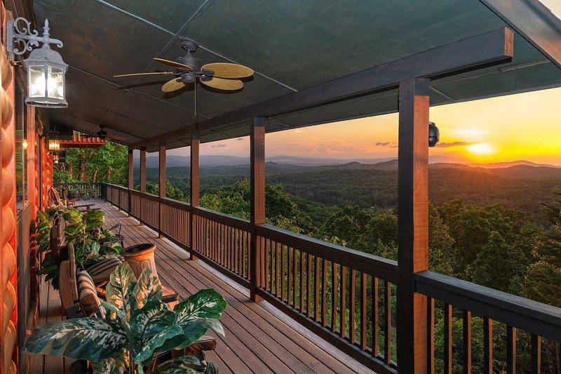 Piérdete en estas vistas mientras te relajas en la terraza cubierta y amueblada.