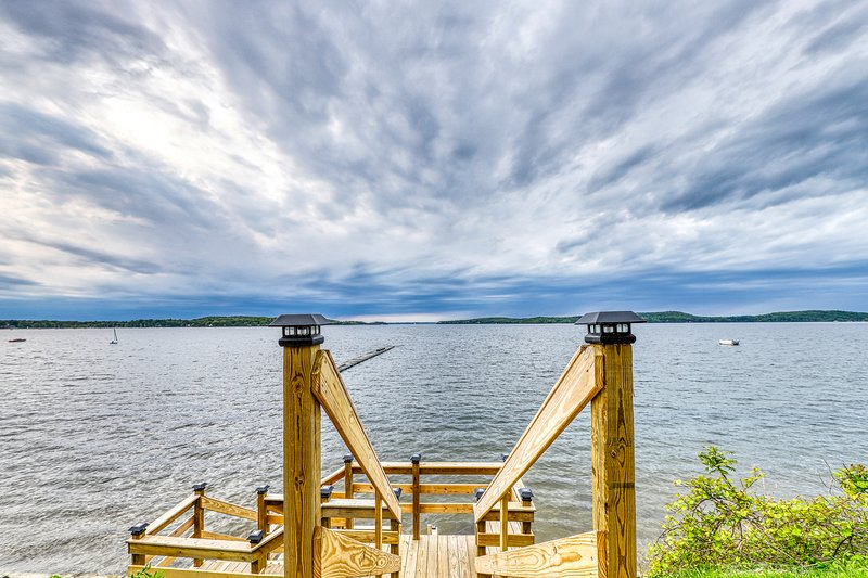 Lakefront cabin w/ beach access & 180-degree view of Lake Champlain, location de vacances à Milton