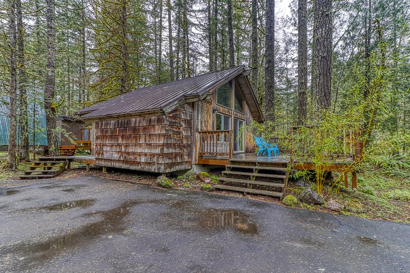 Cozy, waterfront cabin right on the beautiful Sandy River with amazing deck!, vacation rental in Welches