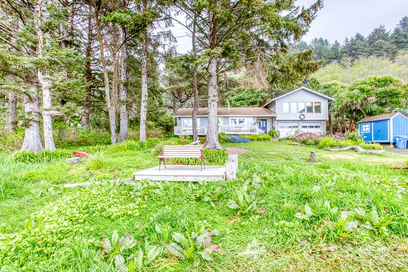 Cozy home w/ ocean view, private hot tub & entertainment!, vacation rental in Yachats