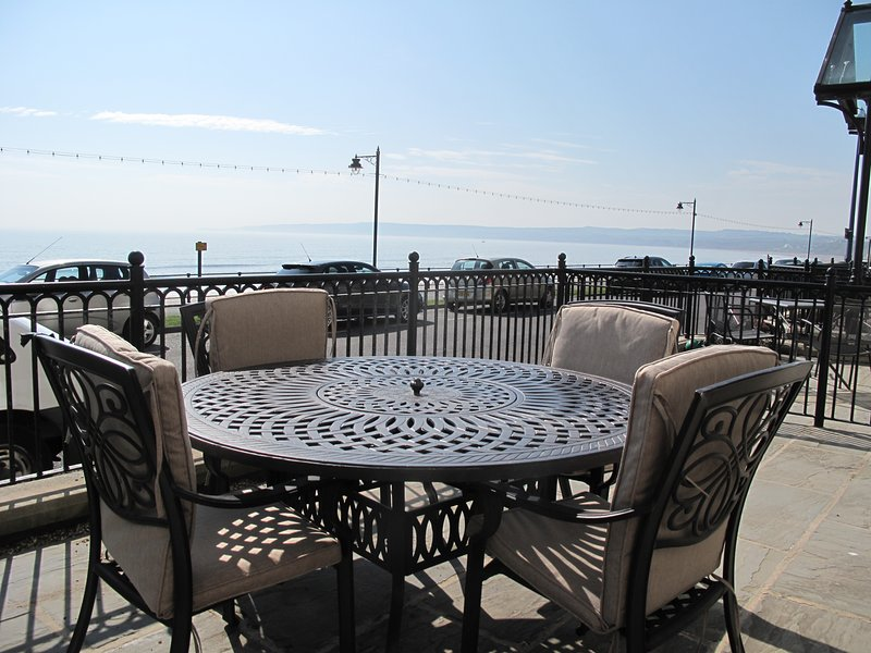 Stunning Ground Floor Sea View Apartment with Sea View Terrace, vacation rental in Filey