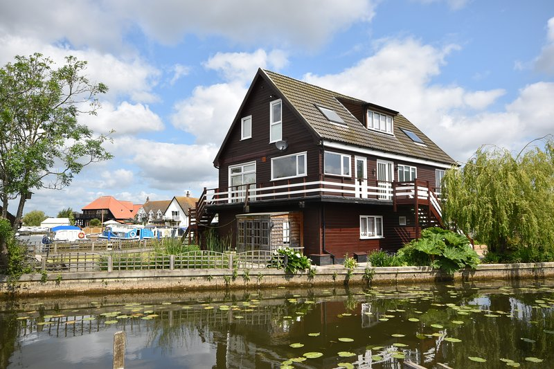 The Haven - Spacious 3 storey family property - Sleeps upto 8, vacation rental in Worstead