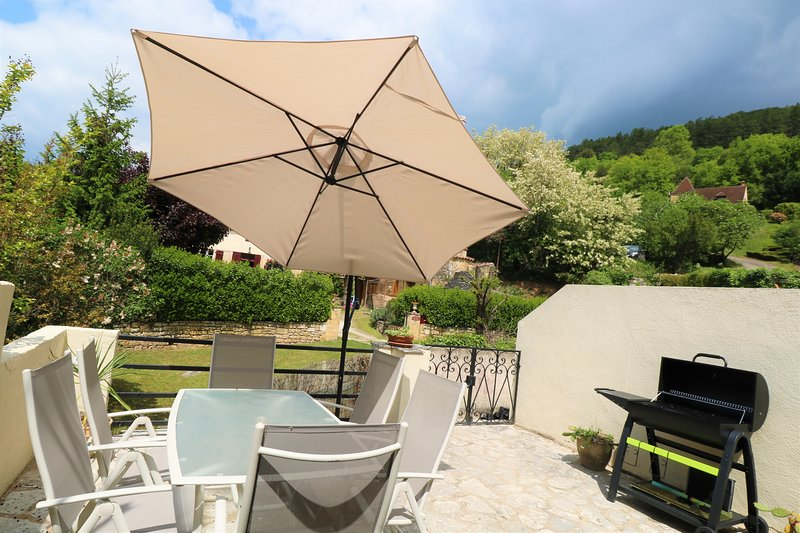 2 bedrooms/2 bathrooms renovated stone cottage in the Dordogne Golden Triangle, vacation rental in Berbiguieres