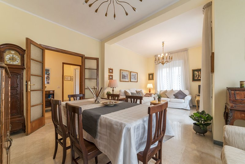 Amplia y luminosa sala de estar, mesa de comedor de hasta 8 asientos.