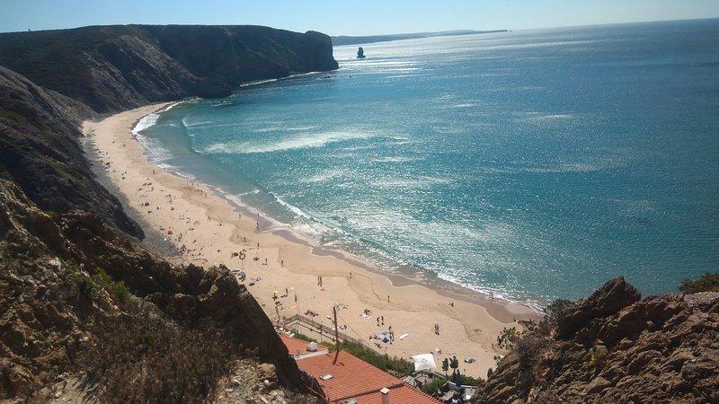 T1 Vista Mar MB´s (com wifi e aquecimento) 2 minutos da praia, holiday rental in Praia da Arrifana