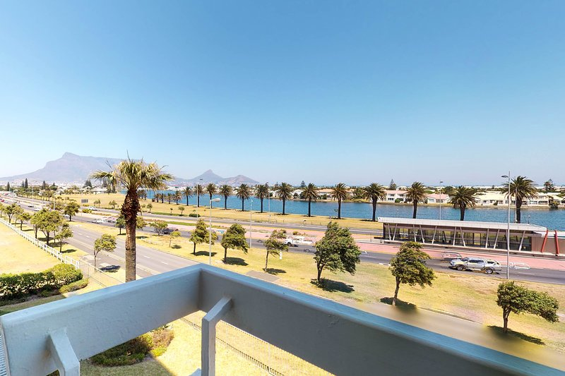 Escape to Cape Town at this condo w/ full kitchen & balcony near the beach, holiday rental in Milnerton