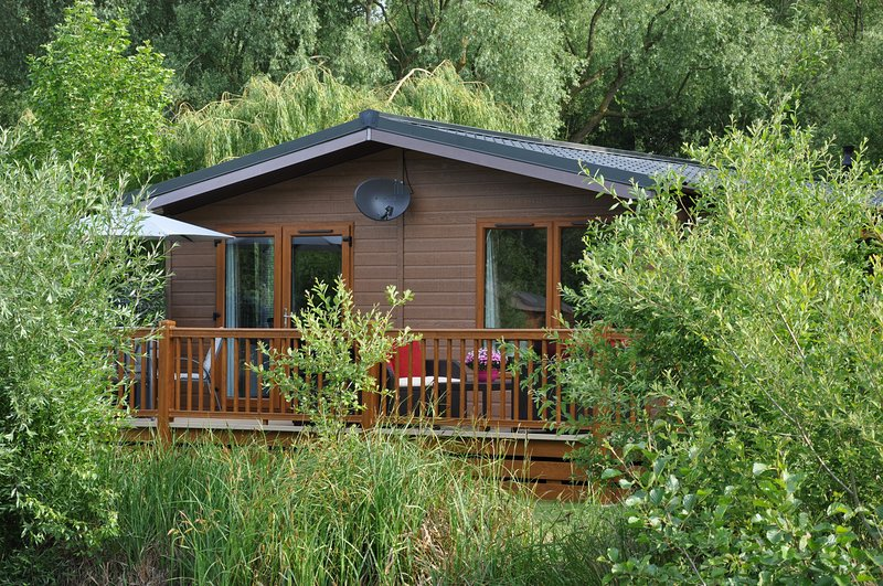 Loobys Lakeside Lodge with private Hot Tub, holiday rental in Tattershall