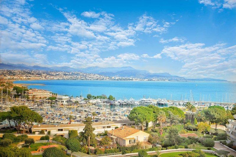 F2 luxe vue mer climatisé à 100 mètres de la plage, location de vacances à Villeneuve-Loubet