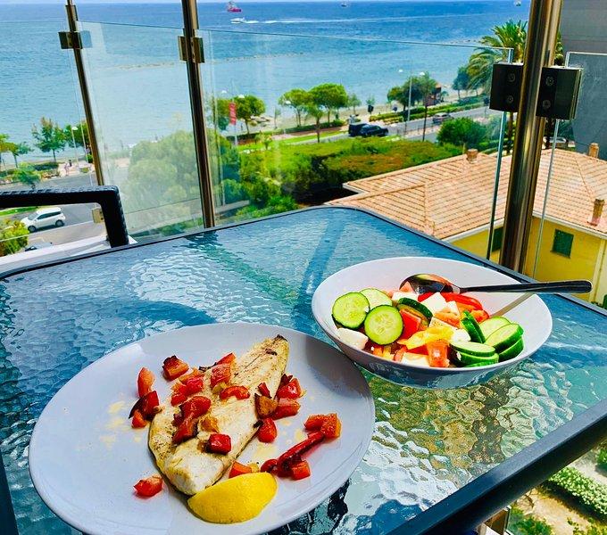 Disfruta de un desayuno con vistas al mar.