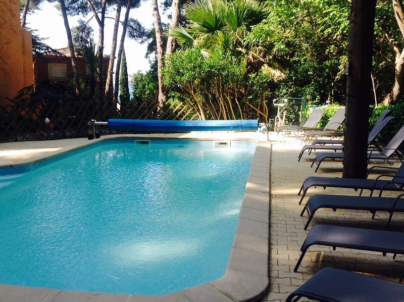 Sanary, Appart 50 m plage, vue mer, terrasse, piscine chauffée, climatisé, parki, location de vacances à Sanary-sur-Mer