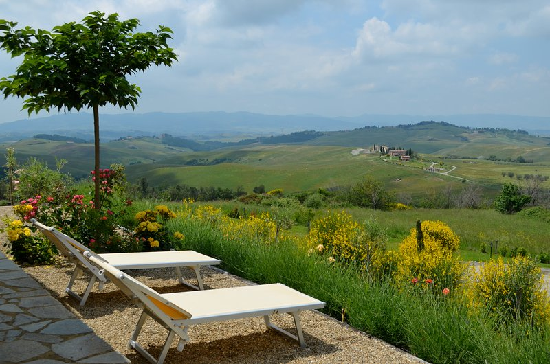 Stunning farmhouse apartment located between Tuscan cities of San Gimignano and Volterra, shared pool, private garden, sleeps 6, holiday rental in San Gimignano