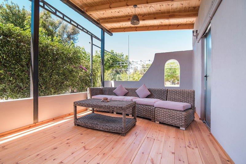 Amazing house with garden & terrace, vacation rental in Varkiza
