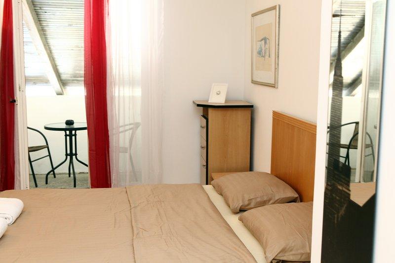 Guesthouse Big Room w/ Balcony OKI1, aluguéis de temporada em Nova Vas