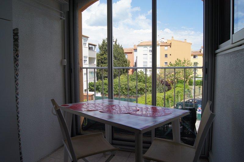Agréable terrasse-loggia au 2è étage sans vis-à-vis, baies vitrées coulissantes, volet roulant
