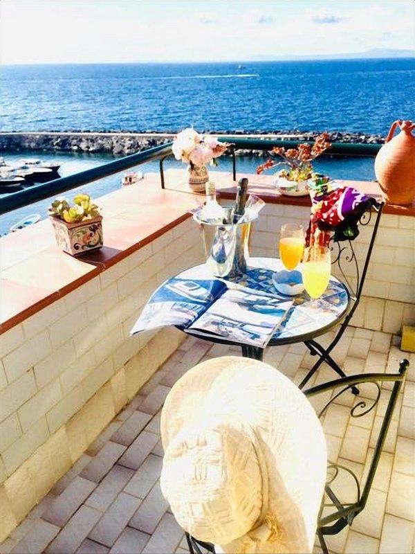 Aperitivo in terrazza / aperitief op het terras met uitzicht op de zee