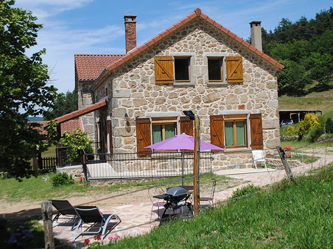 Gite tout confort PMR avec terrasses CHATAIGNE AU COEUR dans les monts d'Ardeche, casa vacanza a Gluiras
