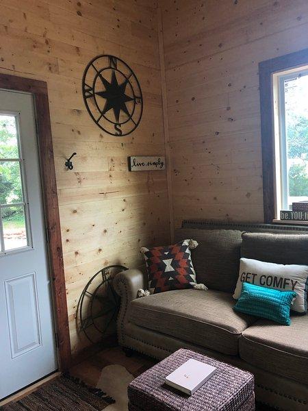 CABIN- Creek-side Tiny Cabin Nestled on Horse Farm, alquiler de vacaciones en Lynchburg