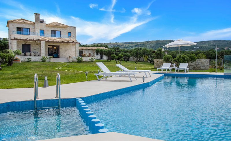 Villa Aloni/ 4 bedroom luxury villa with sea view and private pool, holiday rental in Kaliviani