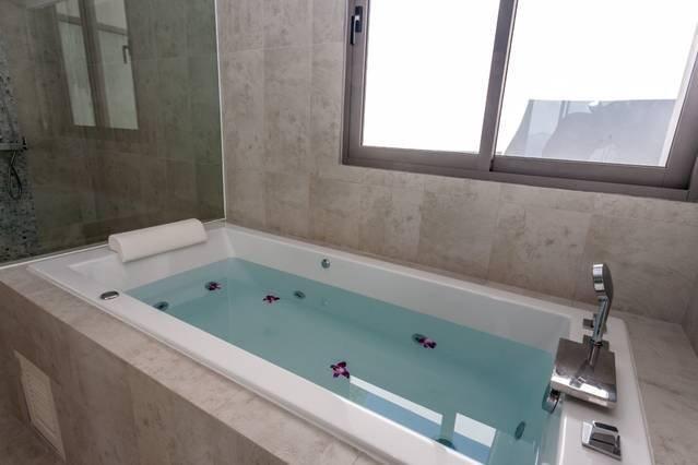 Détendez-vous dans le bain à remous après une dure journée de visites!