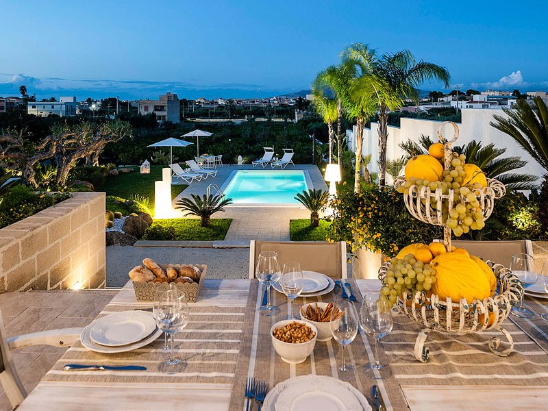Marausa Villa Sleeps 5 with Pool Air Con and WiFi - 5803437, holiday rental in Guarrato