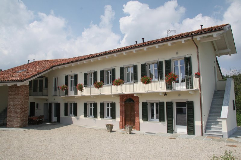 Casa delle Rocche - Casa Vacanze Rocca Serro, vacation rental in Montaldo Roero