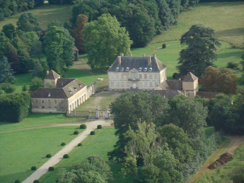 Quelques châteaux valorisent la campagne avoisinante : le château de Terrans