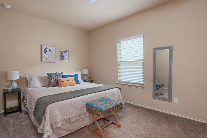 Spacious 5 Bedroom Retreat, Ideal for Corporate Rentals - 8 Min to Downtown, holiday rental in Elmendorf