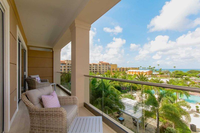 Su balcón completo con 4 sillas para disfrutar de la vista.