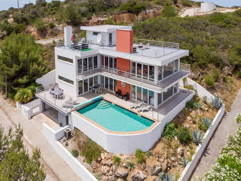Stunning 3 bedroom 'glass' villa with panoramic views & infinity pool, holiday rental in Salema