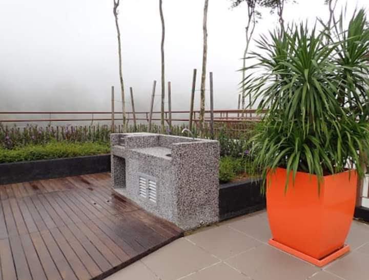 Espace barbecue qui doit être réservé par la direction avant une semaine et doit être payé pour 50 RMB par utilisation.