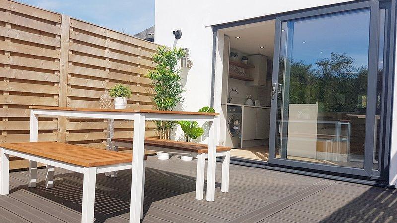Stylish Luxury Renovated Cottage near Rhosneigr sleeps 7 with private garden, location de vacances à Aberffraw