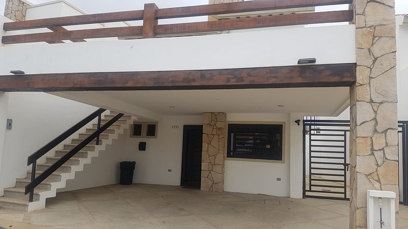 entrada principal, estacionamento para 2 carros
