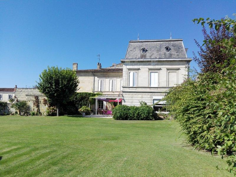 Belle grande maison familiale avec 450 m² / avec grand jardin et piscine, aluguéis de temporada em Saint-Emilion