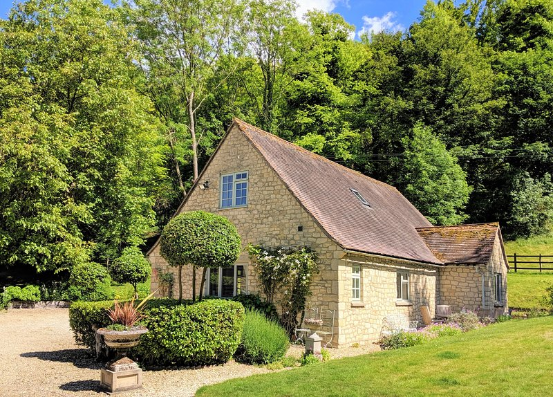 Rural Retreat pretty Cotswold stone cottage nr Thame Oxfordshire, holiday rental in Long Crendon
