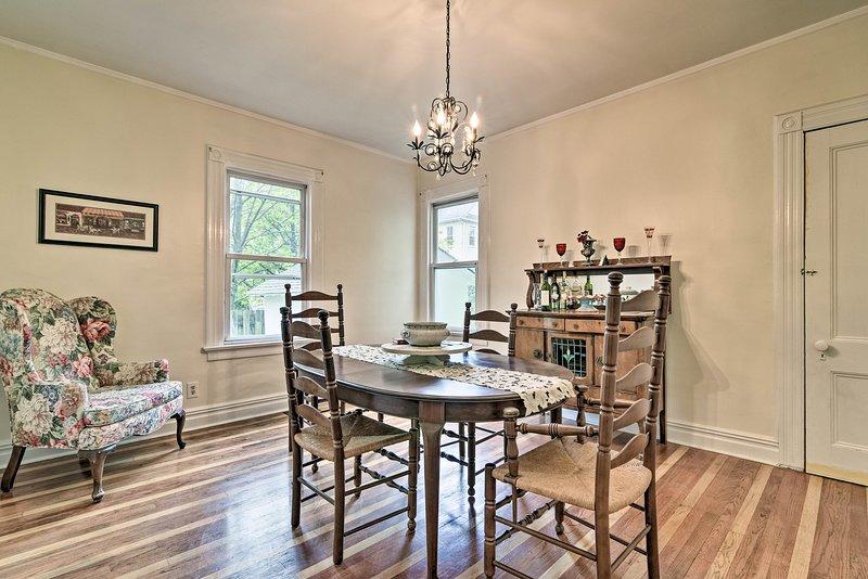 Il fascino vecchio stile riempie di calore la casa con 3 camere da letto e 1 bagno.