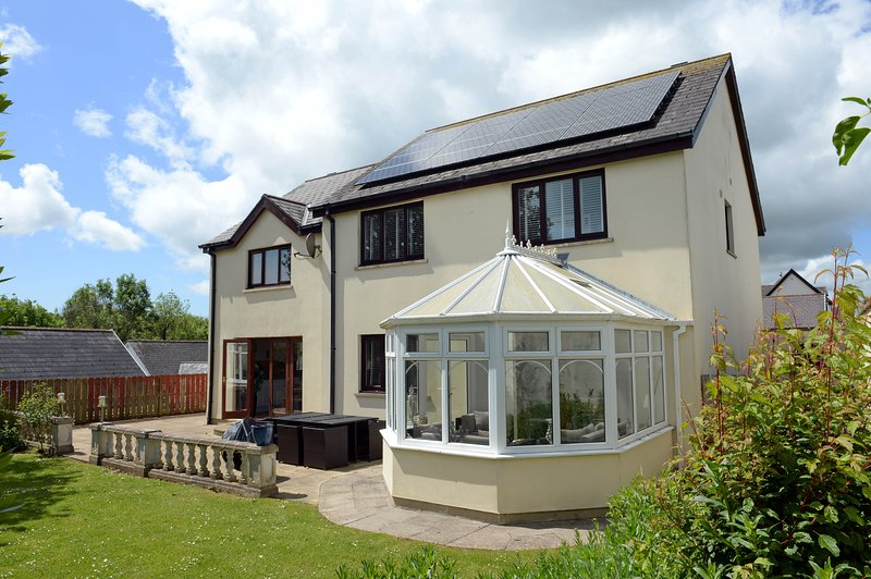 Beautiful Holiday Home, Peaceful Location, 10 Minute Walk to Beach,Parking, WiFi, vacation rental in Saundersfoot