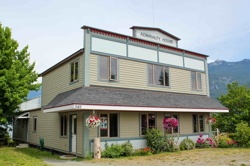 Admiralty House - Spectacular Beachfront Home Right Downtown, vacation rental in Kaslo