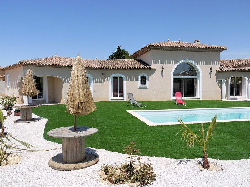 Villa Soleil, Large property near Pezenas with Garden & Pool, aluguéis de temporada em Nezignan-l'Eveque