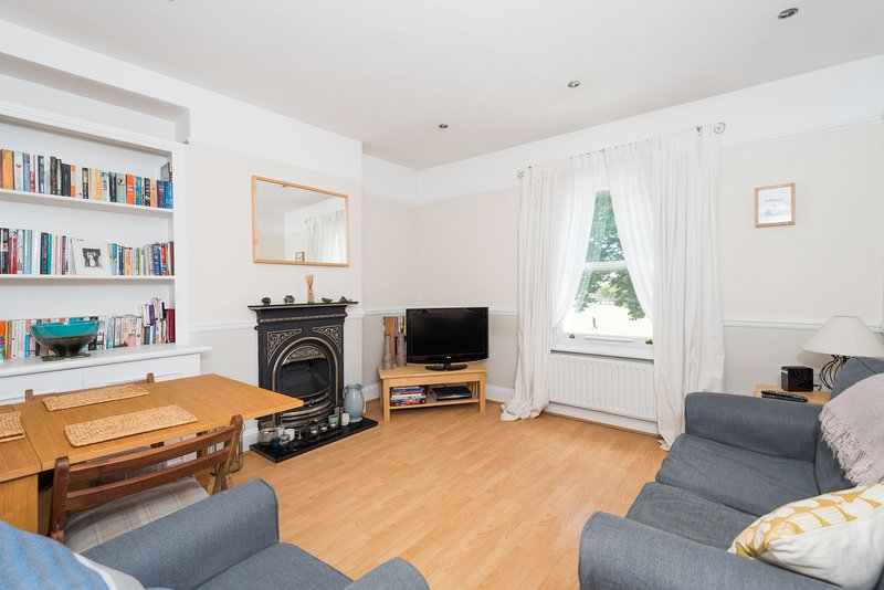 Traditional Richmond Home by Twickenham Green, holiday rental in Twickenham