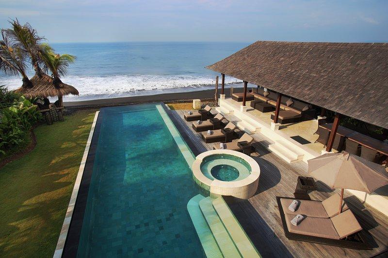 Villa Rosita - Magnificent Beachfront Villa with Jacuzzi, Gym and Car/Driver, holiday rental in Samplangan