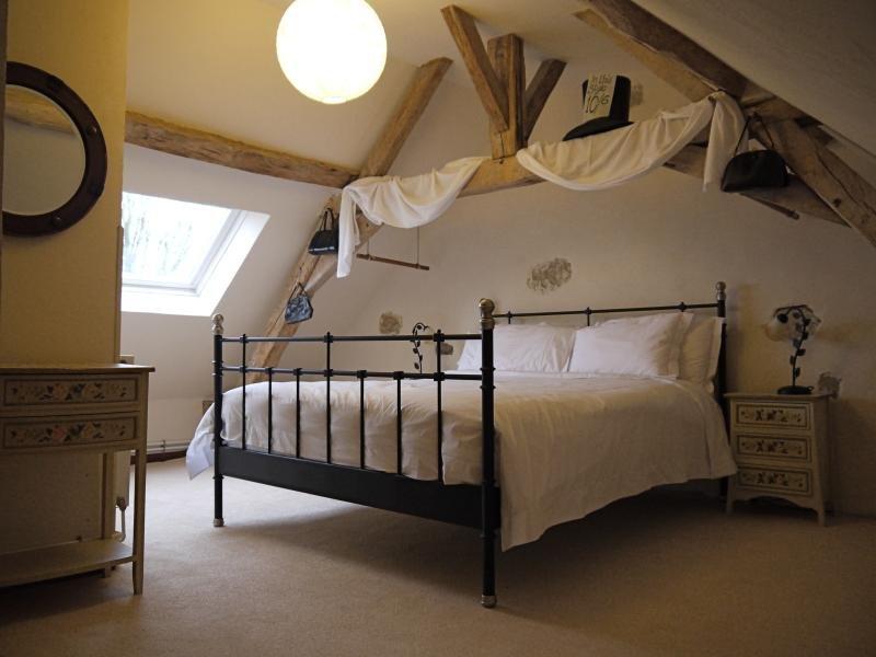 Chambre 1: lit king-size confortable Chambre 2 - lit double et deux lits simples. Draps en coton égyptien