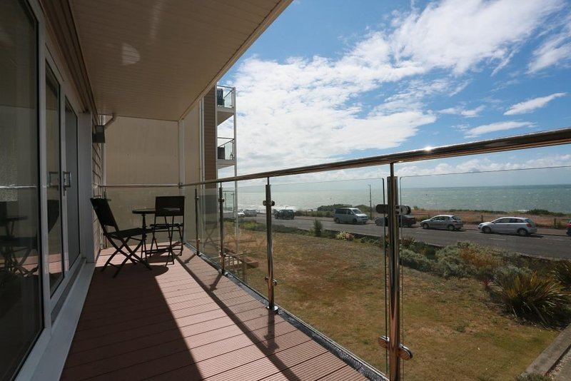 BOURNECOAST: MODERN APARTMENT WITH BALCONY AND BREATH-TAKING SEA VIEWS - FM6180, Ferienwohnung in Bournemouth