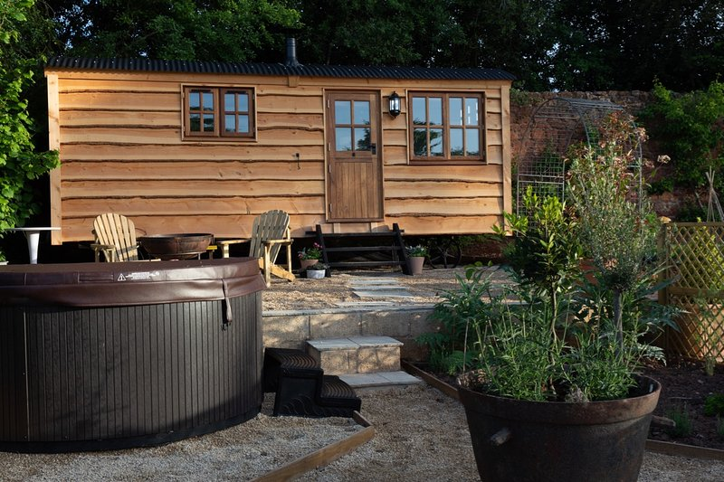 Romantic Shepherds Hut in countryside near Bath and Bristol with Hot Tub, vacation rental in Timsbury